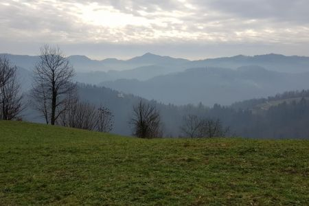 Lubnik - pogled na loško hribovje.jpg