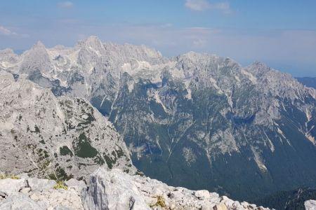Rjavina - pogled z vrha proti Škrlatici.jpg