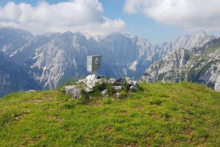 Sleme - vrh in pogled proti Triglavu.jpg