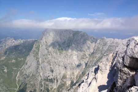 Jalovec - pogled z grebena na Mangart.JPG