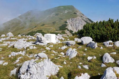 Potoški Stol z Vajnežem v ozadju.jpg