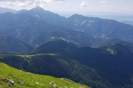 Veliki vrh - pogled proti Kofcam in Storžiču.jpg